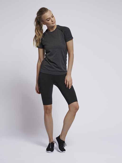 hmlCI SEAMLESS T-SHIRT S/S, BLACK MELANGE, model