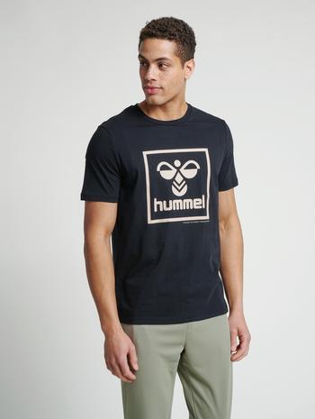 hmlISAM T-SHIRT, BLACK/HUMUS, model