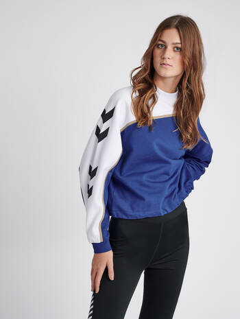 hmlCRISSY SWEATSHIRT, MAZARINE BLUE, model