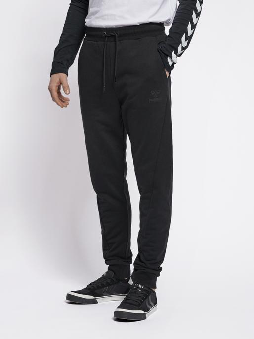 hmlISAM REGULAR PANTS, BLACK, model