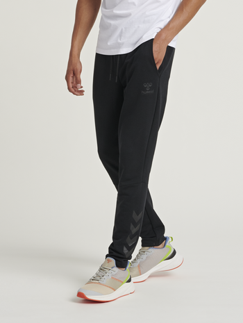 hmlISAM TAPERED PANTS, BLACK, model