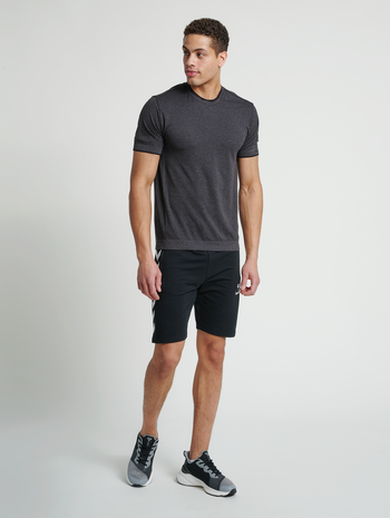 hmlJOE SEAMLESS T-SHIRT, BLACK MELANGE, model