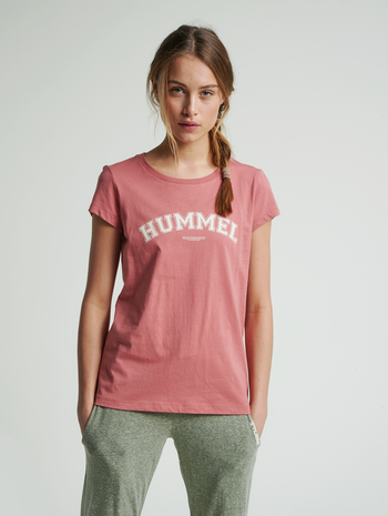 hmlCYRUS T-SHIRT, BRICK DUST, model